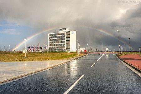 WILHELMSHAVEN: Regenbogen über dem JadeWeserPort (Pacific One)