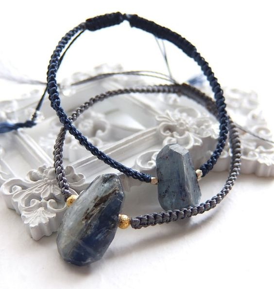 It is a bracelet using the kyanite of deep blue. It is knit with a nylon cord beautifully.  The deep blue kyanite which harks back to the deep sea. The