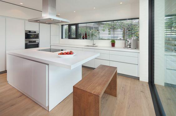moderne Einbauküchen kochinsel weiss lackfronten holz dunkelbraun - moderne einbaukuechen kochinsel