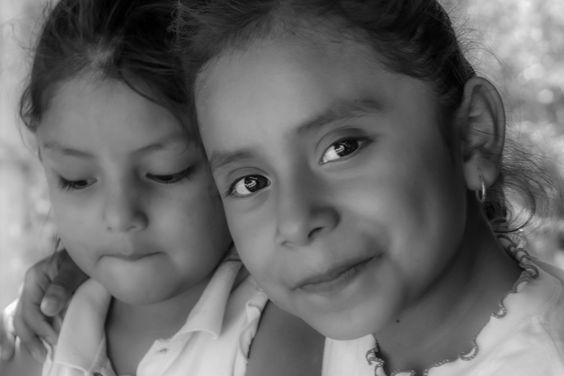 La hermana mayor anima a la pequeña