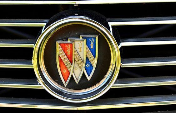 Logo Buick - Como a companhia existe desde 1903, seu logo já sofreu diversas alterações ao longo dos anos. Em 1930, a marca lançou seu novo símbolo, baseado no brasão da família do fundador, David Dunback Buick.