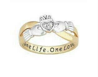 This ring is so beautiful! I want it so bad!