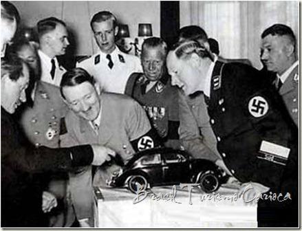 Hitler e um protótipo de fusca.