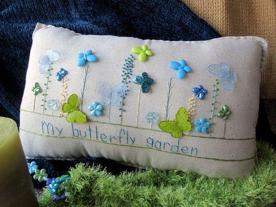 Le libellé sur cet oreiller peut être personnalisé pour inclure des expressions ou proverbes... et peut inclure un nom de personne.  Cet oreiller de couture sur le thème papillon mousseline fabriqués à la main est parfait pour la décoration de printemps. Laissez-le à égayer votre maison et votre visage ! La taille est denviron 12,5 « x 8 ».