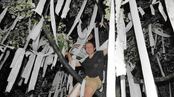 Fans throw toilet paper around Coach Quenneville's Hinsdale home