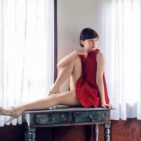 紅の衣装と綺麗な太ももを披露する小宮有紗