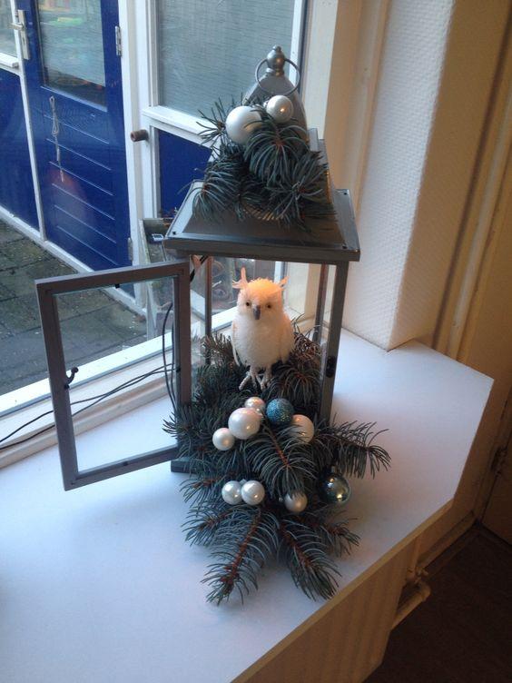 Kerst/xmas. Lantaarn met dennetakken en uiltjes.