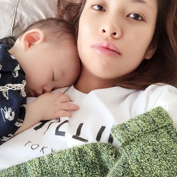 Good morningemoji... Waking up to this today. No wonder every single morning I can't feel my arms..... おはようたん♡毎朝これで右手は無感覚。。。 #親バカ #goodmorning