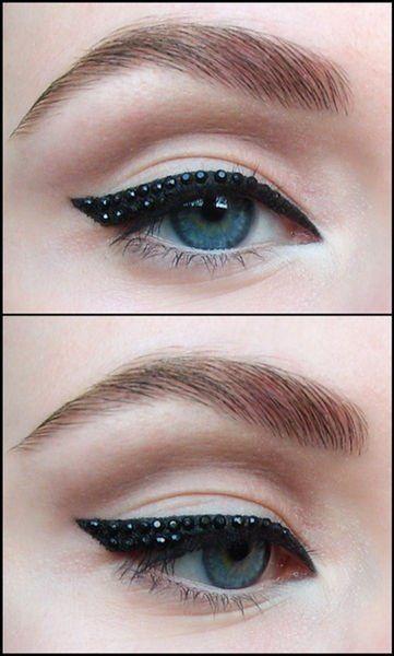 Para un maquillaje que llama la atención, intenta este look de #delineador negro con pedrería en tonos negros.