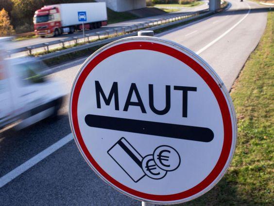 Ein Verkehrsschild weist die Autofahrer an der Stadtautobahn in Rostock auf die Mautpflicht für die ... - Foto: Jens Büttner/Illustration