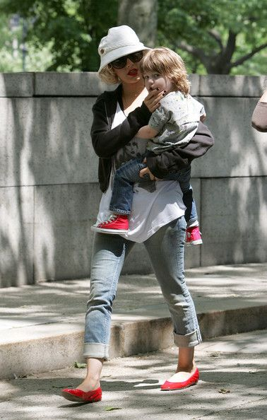 Christina Aguilera Photos - Christina Aguilera and her husband Jordan Bratman take their son Max Liron Bratman to the Museum of Natural History. Later they dropped Max back at the Mercer Hotel and headed to lunch at Da Silvano Restaurant, where Christina was greeted and kissed on the cheek by the Da Silvano owner. - Christina Aguilera at the Museum of Natural History