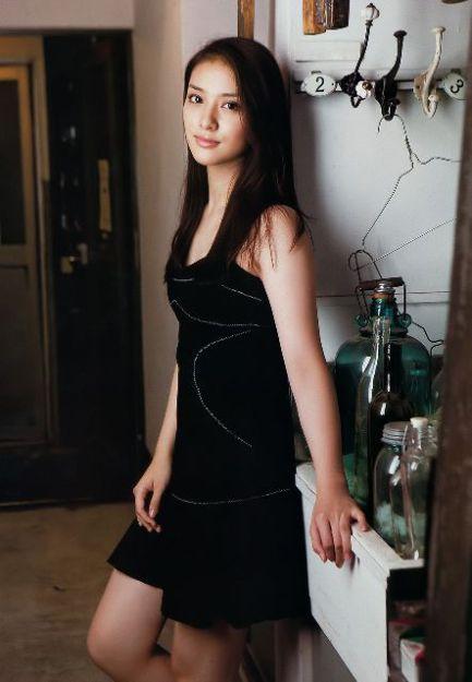黒ドレスが美しい武井咲