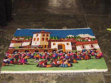 Peruanischer Hand Webteppich Fiesta, 90 x 60 cm    farbenfroher Webteppich aus dicker Merinowolle mit einer traditionellen Technik aus den Anden handgewebt.  Das Muster ist liebevoll gestaltet und zeigt ein Dorfleben in den Anden.    Eine aufwendige und aussergewoehnliche Handarbeit,ein Blickfang in einem jeden Raum.    Die Groesse des Teppichs ist 90 x 60 cm    Reinigen:    Der Teppich kann normal mit Staubsauger gereinigt werden. Bei Flecken verwenden Sie bitte einen Teppichreiniger aus…