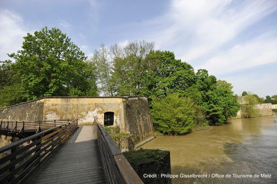 Le circuit des remparts, qui permet de découvrir les vestiges des fortifications de la ville de Metz.  Découvrez le en venant nous rendre visite :-) !