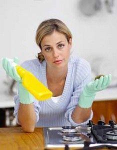 Solução caseira para combater bactérias e afastar as moscas que invadem a cozinha: 1 vidro de vinagre branco    2 copos de álcool (200 ml)    1 xícara (chá) de óleo de cravo ou de cravo in natura    Misture os ingredientes e coloque em um vidro com tampa. Agite antes de usar. Faça a limpeza do ambiente.: