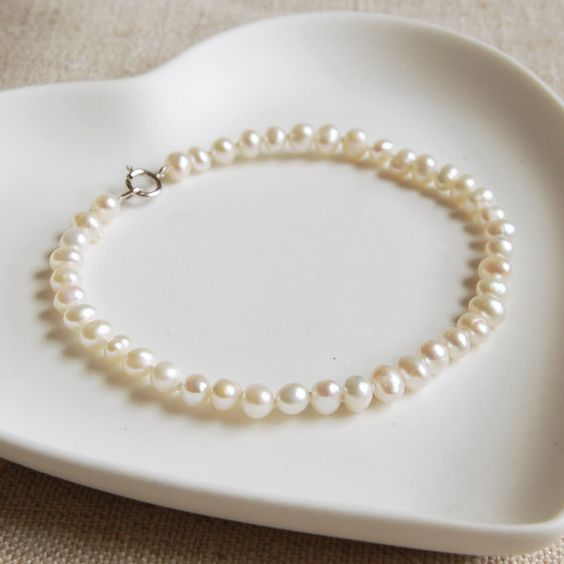 16.5£ Dainty and delicate, our seed pearl bracelet, can be dressed up or down to suit any occasion.  Sure to become a jewellery box favourite, it would make the perfect gift for someone special - if you can bare to give it away!  The bracelet will arrive gift-wrapped in white tissue in a white Highland Angel gift box, tied with silver satin ribbon.  Ivory freshwater pearls measure approximately 3-4mm. Adults bracelet length is 19.5cm.