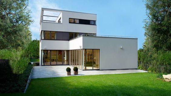 Bei der äußeren Gestaltung eines Hauses kommt es auch auf Kosten, Wärmedämmung und Haltbarkeit an. Welches Material welche Vorzüge hat.