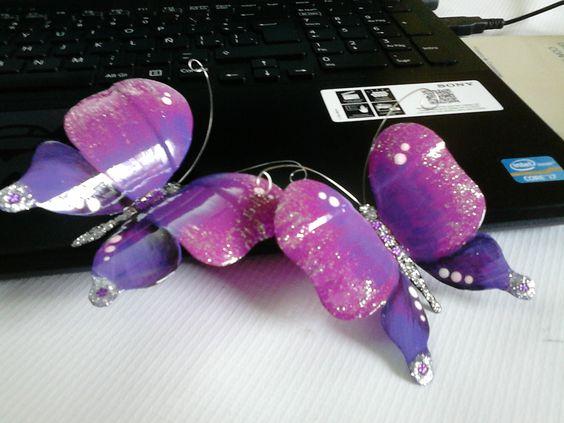 Mariposas recicladas, hechas de plástico de botella y antenas de alambre.