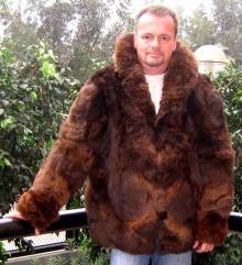 Braune halblange Herren #Pelzjacke, Babyalpaka. Sie suchen das Außergewöhnliche, Extravaganz ist für Sie wichtig? Wir verkaufen Pelzmode seit vielen Jahren aus Babyalpaka Pelzen, direkt aus den Anden Perus.