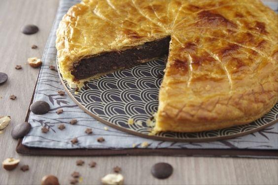 Dessert classique de l'Épiphanie : entre le croustillant de la pâte feuilletée et le moelleux de la crème noisette se cache une fève...