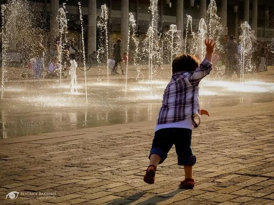 #child #water #fountain #dance #people #city #reggioemilia #italy #emiliaromagna #canon #canon5d
