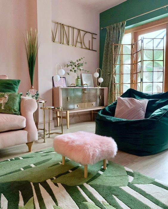 Walls in green and pink tones.