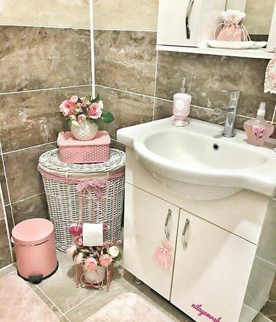 ان اكثر الاشياء التى يحتار فيها السيدات هي اختيار ديكورات الحمامات وذلك بسبب صغر مساحتها وصعوبة ترت Restroom Decor Bathroom Decor Apartment Pink Bathroom Decor
