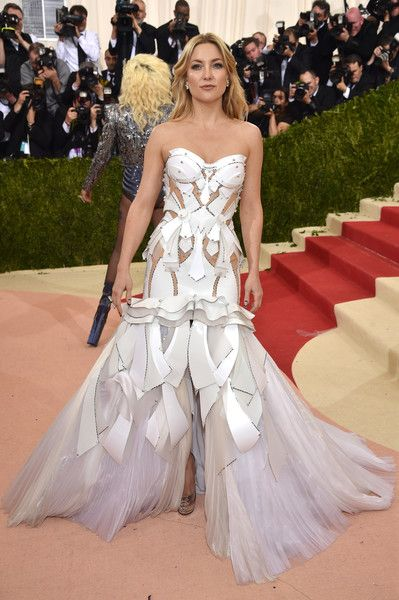 Kate Hudson Mermaid Gown - Kate Hudson looked like a walking work of art in her sculptural white Versace mermaid gown during the Met Gala.