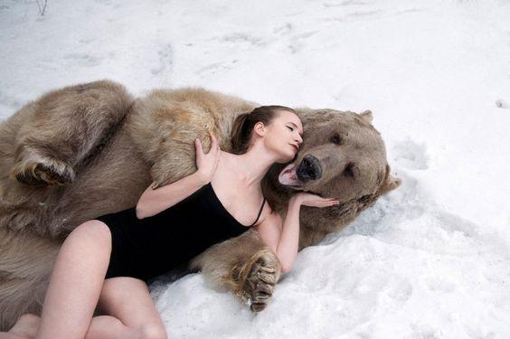 Ein Bär zum Kuscheln: Das russische Model Lidia Fetisova räkelt sich in den Armen von Grizzly Stephen. Ein erotisch angehauchtes Statement gegen die Bärenjagd.