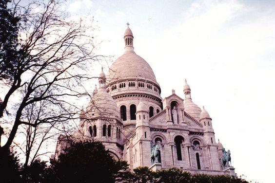 Ein Ort zum Träumen und Verlieben: die Kathedrale Sacré Coeur im Pariser Künstlerviertel Montmartre lässt Urlauber Herzen während einer Paris Städtereise höher schlagen. Hier gibt's die besten Paris Angebote - günstig und luxuriös gleichzeitig: #paris #montmartre #sacrecoeur #travelcircus #städtetrip