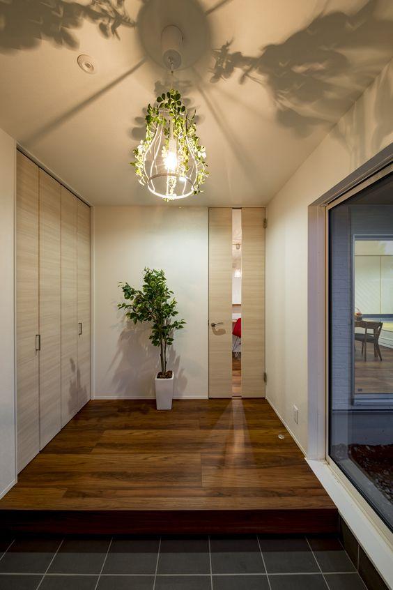 グリーンをあしらった玄関ホールの照明 玄関ホール 照明 玄関