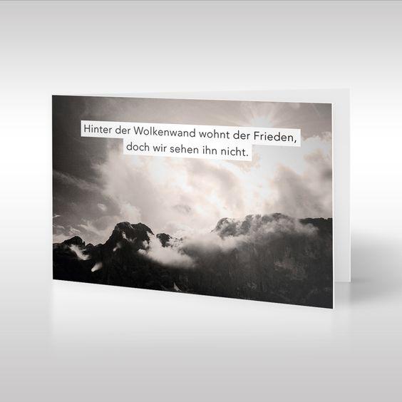 Die Landschafts-Fotografie von Tom Zilker auf dieser Trauerkarte ist in Sepia-Tönen gehalten. Sie zeigt eine dramatische Wolkendecke über einem Gebirge. Die Komposition aus ausdrucksstarker Fotografie und aufbauendem Text ist für Trauernde gedacht, die in der Verarbeitung ihres Verlusts noch nicht das Ende ihres Leids erkennen können. https://www.design-trauerkarten.de/produkt/wolkenwand/