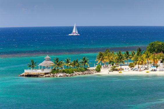 A ilha de dias felizes, noites animadas e sonhos que se tornam reais. O paraíso, na Jamaica, pode ser qualquer lugar onde você quiser estar. Conheça um povo amigável e receptivo e assista a um pôr do sol sobre o Mar do Caribe ao som do ritmo suave do reggae. #NewAge #Viagem #Turismo #Jamaica