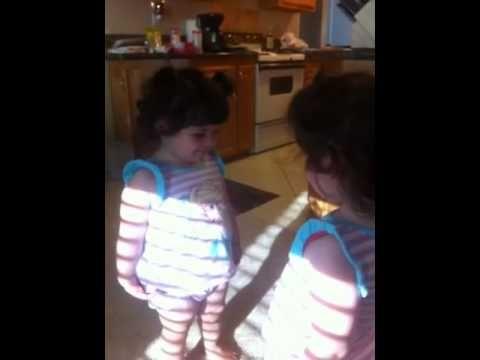 Gianna Odell peleando con el espejo