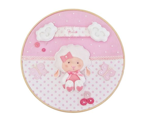 Quadro para enfeitar a porta da maternidade ou o quarto do bebê. O quadro é feito de tecido, feltro, fitas, botões de plástico e bastidor em madeira e pode ser personalizado com o nome do bebê.