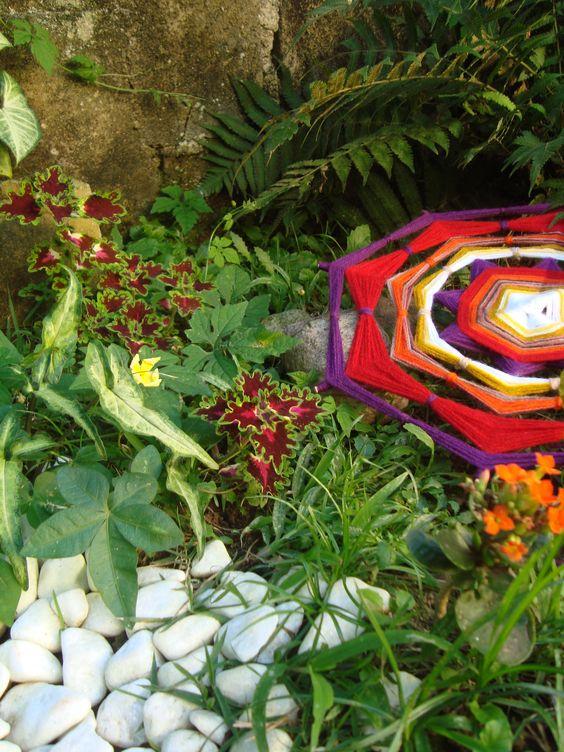 Mandala produção Ariane Brossi - Ubatuba Brasil. Este cantinho lindo foi cultivado com carinho, muda por muda.. é o jardim de casa!! Linda foto, linda mandala!