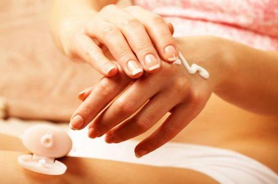 Como fortalecer unhas fracas com remédios caseiros. As unhas fracas podem se converter em uma dor de cabeça para quem deseja uma manicure sempre perfeita. Manter uma alimentação saudável com a ingestão de todos os nutrientes necessários é a melhor mane...