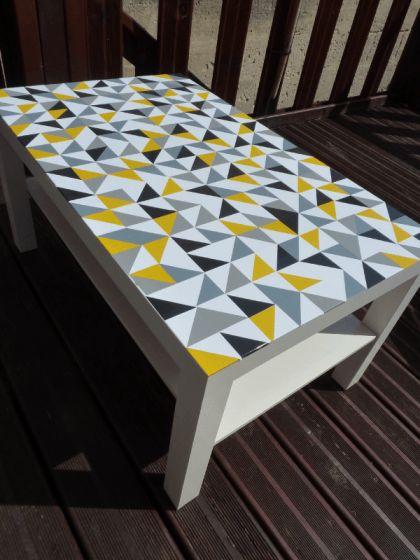Je me suis lancée dans la personnalisation du plateau supérieur de ma table Ikea Lack avec des stickers triangles de différentes couleurs ! Et oui, la folie des triangles a aussi eu raison de moi …: