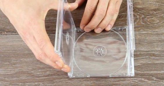 Παίρνει τις Θήκες από τα Παλιά του CD και τις Ενώνει μεταξύ τους. Οι Λάτρεις της Φωτογραφίας θα Ξετρελαθούν!