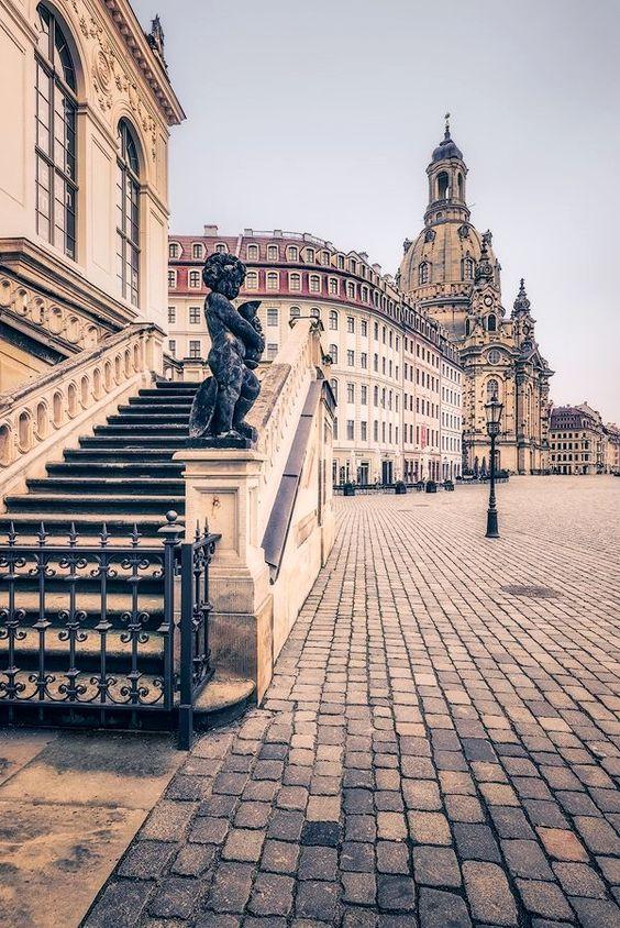 © Dirk Wiemer - www.dirkwiemer.de - Dresden Melancholie (Neumarkt) - #dresden #neumarkt #frauenkirche #verkehrsmuseum #altstadt #figur #treppe #statue #pflaster Alemanha Avere maggiori informazioni sul nostro sito https://storelatina.com/germany/travelling