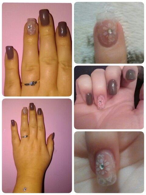 Uñas en gris topo con uñas estampadas y perla en plata