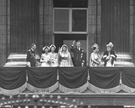 Elizabeth and philip photos from the royal wedding 1947 for Queens wedding balcony