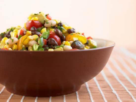 Quelle est la recette de la salade haricots noirs et maïs à moins de 400 calories ?