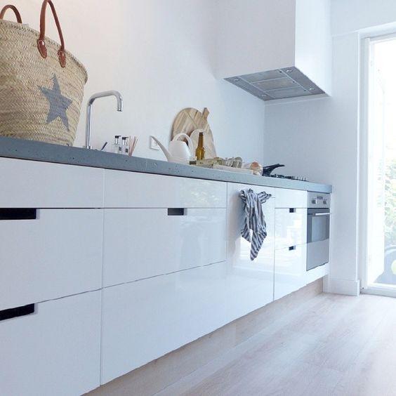 Marloeswonen tip voor de verf op de muur eerst de muur glad gestuct en toen 3 lagen witte - Hoe kleed je een witte muur ...