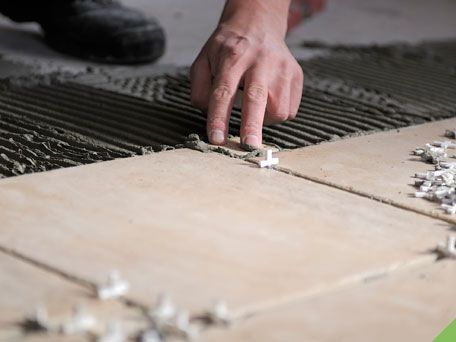 Posso assentar piso sobre piso de cimento queimado?