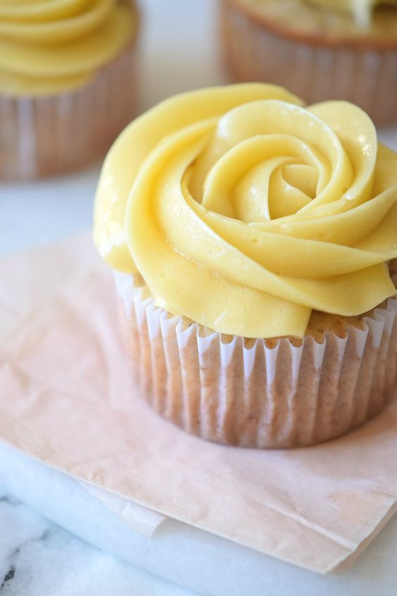 Maple Buttercream Frosting - Super Creamy! | This Buttercream recipe only uses 3…
