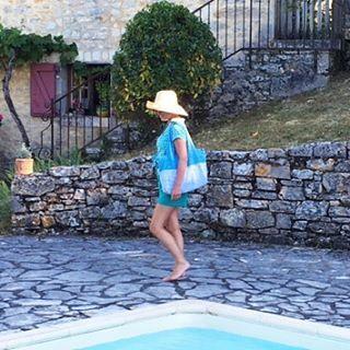 Ambiance sixties et fin de bronzette avec le sac La Museuse en coton doublé polyester épongeable. Parfait pour les loisirs et le shopping, il se plie et se range dans le sac à mains. Personnalisable en ligne et fabriqué en France.