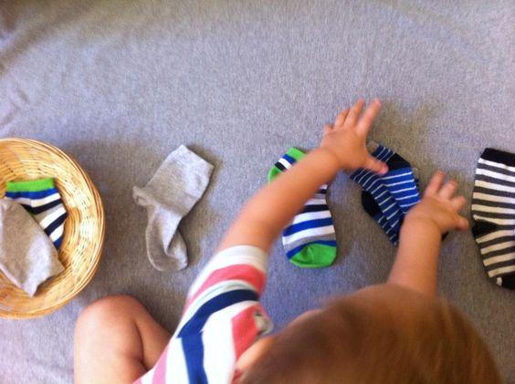Pas le temps de trier les chaussettes? Faites-vous aider! L'enfant prend un plaisir infini à classer par paire méthodiquement.: