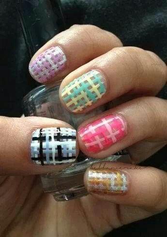 Con este diseño parece que las uñas estan tejidas. Lindo!!