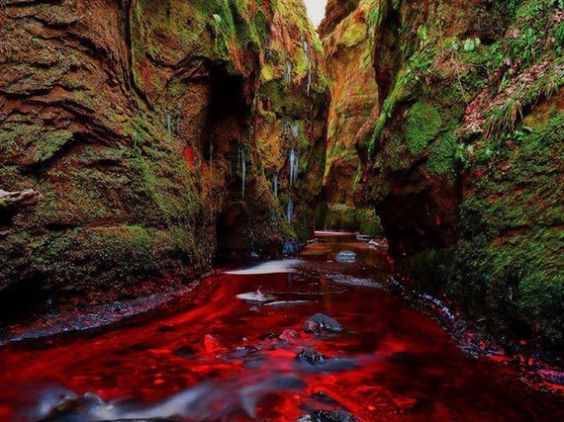 30 Photos of Fascinating Places Around the World - Blood River, Devil's Pulpit, Gartness, Scotland